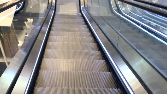 vídeos de stock, filmes e b-roll de fazer compras center escadas rolantes movendo para baixo - mercado espaço de venda no varejo