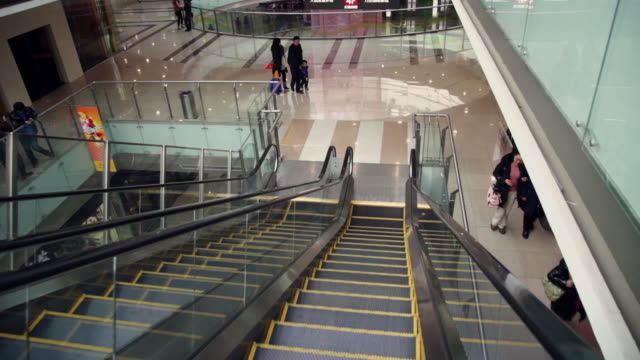 vídeos y material grabado en eventos de stock de ms pov shopping mall interior / xi'an, shaanxi, china - movimiento hacia abajo
