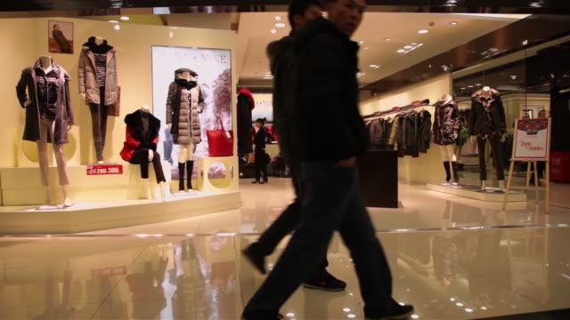 vídeos de stock, filmes e b-roll de ms shopping mall interior / xi'an, shaanxi, china - 2012