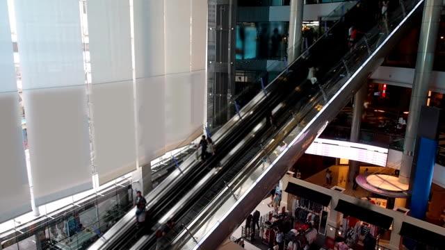 vídeos de stock, filmes e b-roll de escada rolante do shopping center longo - long exposure