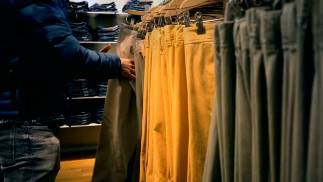 shopping night - rastrelliera video stock e b–roll