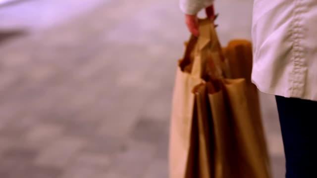 vídeos de stock, filmes e b-roll de noite de compras - bolsa objeto manufaturado