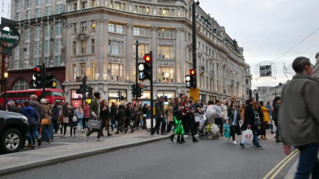 4 k-shopping zu weihnachten oxford street, london - oxford street stock-videos und b-roll-filmmaterial