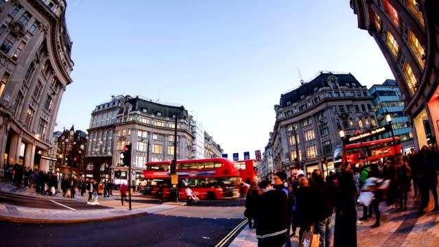 shopping auf der oxford street, london, zeitraffer - förderleitung stock-videos und b-roll-filmmaterial
