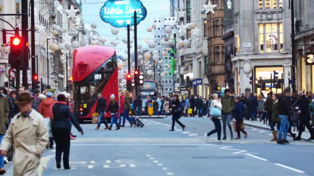 shopping auf der oxford street, london, zeitraffer - oxford street stock-videos und b-roll-filmmaterial