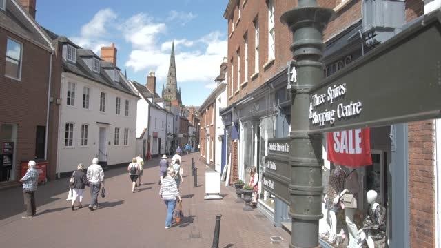 shopping street and lichfield cathedral on sunny day in summer, lichfield, staffordshire, england, united kingdom, europe - スタッフォードシャー リッチフィールド点の映像素材/bロール