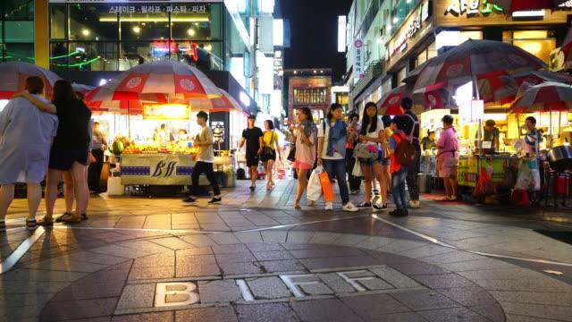 釜山、韓国で夜のショッピングストリート - 韓国点の映像素材/bロール