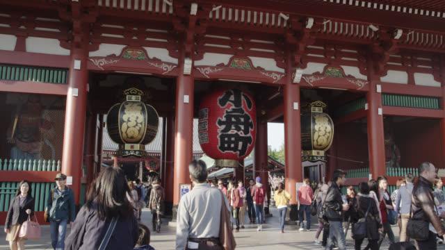 vídeos de stock, filmes e b-roll de shopping street at sensoji shrine - templo asakusa kannon