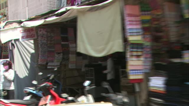 shopping street: dolly shot. - 50 sekunder eller längre bildbanksvideor och videomaterial från bakom kulisserna