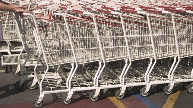 vídeos y material grabado en eventos de stock de a shopping trolley is pulled from a row in a costco car park usa fkax253n clip taken from programme rushes ablb597x - carrito de la compra