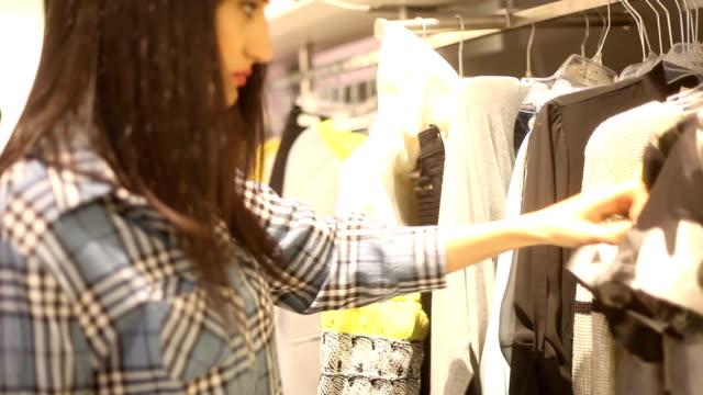 vídeos de stock e filmes b-roll de hd: fazer compras - viciado em compras