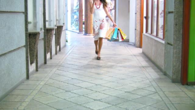 vídeos de stock, filmes e b-roll de compras de mulher no telefone (vídeo em hd - bolsa objeto manufaturado