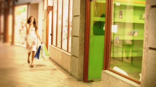 vídeos de stock, filmes e b-roll de hd: shopping mulher ao ar livre - bolsa objeto manufaturado