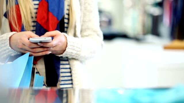 Shopping donna utilizzando un Smartphone