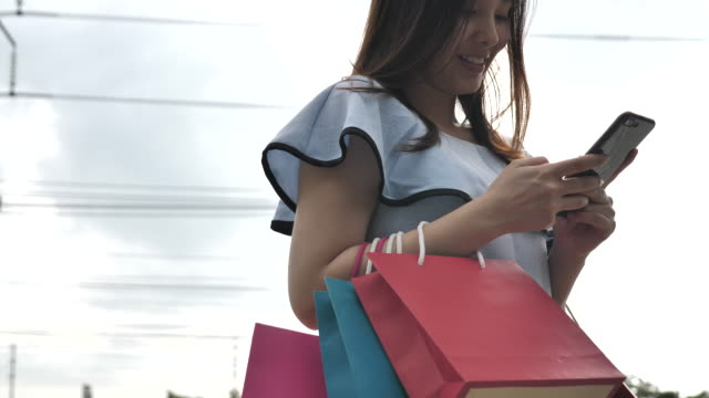 Shopping kvinna med Smart phone