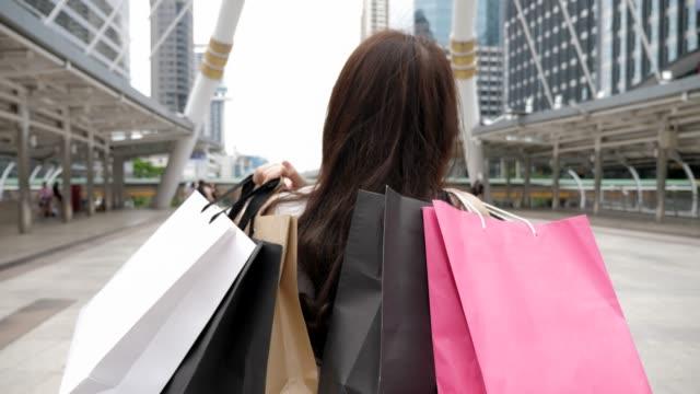 vídeos y material grabado en eventos de stock de compras: mujer con bolsas de compras - bolsa de papel