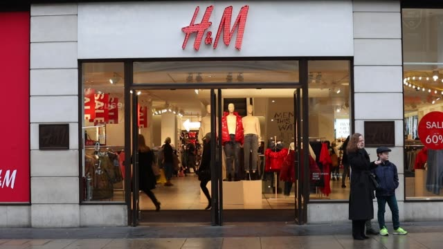 Shopppers walk past a Hennes Mauritz AB clothing store in London UK on Thursday Dec 21 Photographer Luke MacGregor/Bloomberg