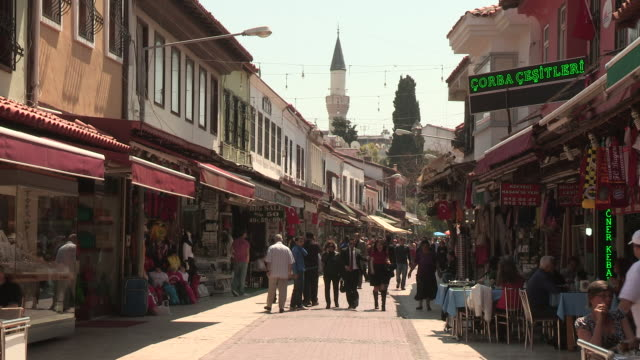 vídeos y material grabado en eventos de stock de shops and consumers, kusadasi, turkey - letrero de tienda