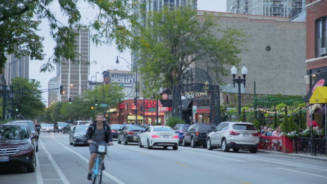 stockvideo's en b-roll-footage met shops and restaurants in old town - chicago illinois