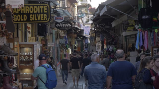 vídeos de stock, filmes e b-roll de shops and visitors in flea market in monastiraki district, athens, greece, europe - loja