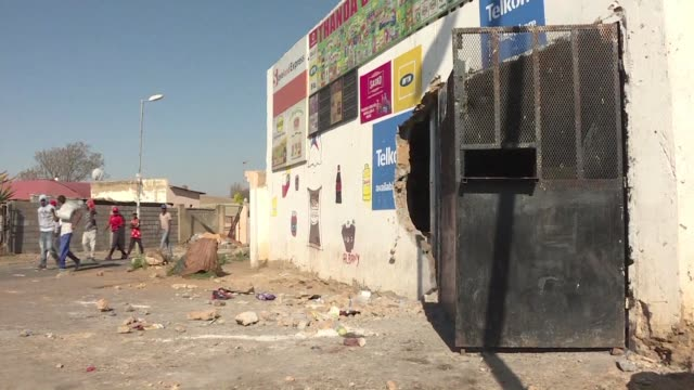 vídeos de stock e filmes b-roll de shops belonging to foreigners have been attacked and looted by local residents in soweto johannesburg - soweto