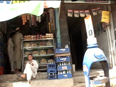 stockvideo's en b-roll-footage met shops in street darrah in swat agency of tribal zones federally administered tribal areas pakistan audio - winkelbord