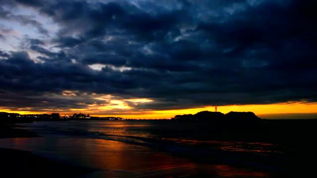 Shore and Enoshima of the morning glow.