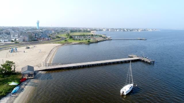 海岸の町釣り桟橋 - カニ捕り点の映像素材/bロール