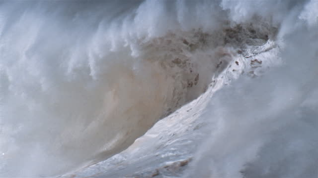 shorebreak wave kicking up spray / waimea bay, north shore, oahu, hawaii - oahu bildbanksvideor och videomaterial från bakom kulisserna