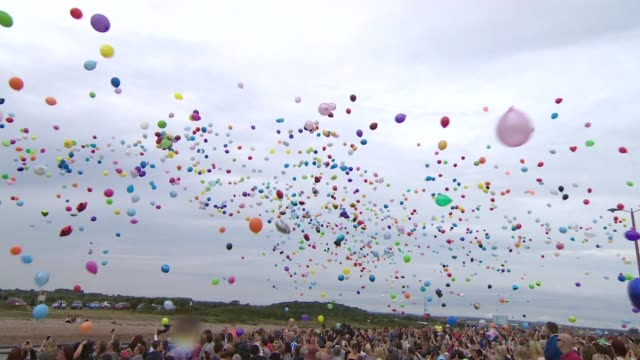 residents observe silence for victims one week on littlehampton people releasing colourful helium balloons in remembrance of matt jones shoreham... - rilasciare video stock e b–roll