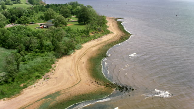 vídeos de stock e filmes b-roll de aerial shoreline of perth amboy, nj with sandy beaches on a sunny day - nova jersey