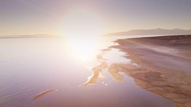 shores of the salton sea - aerial view - faglia di sant'andrea video stock e b–roll