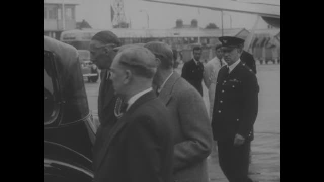 george vi at london airport in january after seeing princess elizabeth and prince philip off to kenya / crowds and news media outside buckingham... - 1952 bildbanksvideor och videomaterial från bakom kulisserna