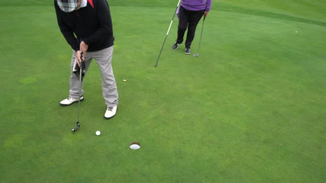 a short putt in the hole. - sun visor stock videos & royalty-free footage