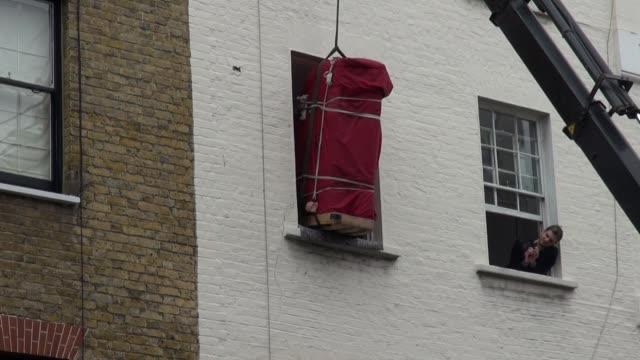 short sequence outside central london flat - hochziehen stock-videos und b-roll-filmmaterial
