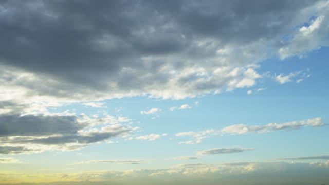 vídeos y material grabado en eventos de stock de short shot of the blue cloudy sky during a rio de janeiro sunset - sólo cielo
