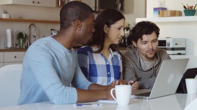 vídeos y material grabado en eventos de stock de discusión de trabajo corto en el arranque - compromiso de los empleados
