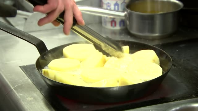 london int chef in kitchen shaking fryer cage chef cleaning out saucepan saucepan and plating up chef along in kitchen melinda kammerling set up shot... - chef stock videos & royalty-free footage