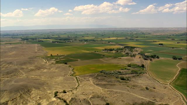 vidéos et rushes de rivière shoshone et bighorn basin-vue aérienne-wyoming, big horn comté, états-unis - wyoming