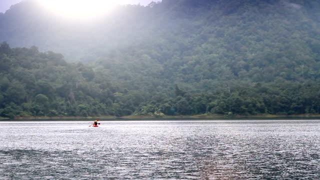 LS shot 2 personnes kayak sur le lac