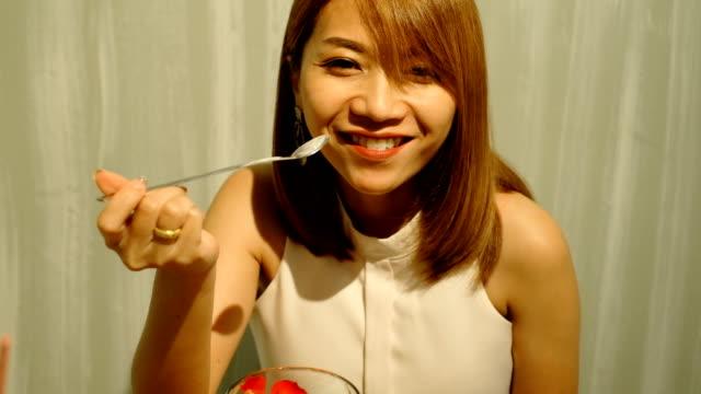 4 k 撮影: 女性が幸せそうな顔でデザートを食べてお楽しみください。 - デザート点の映像素材/bロール