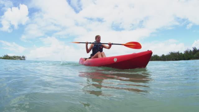shot at water level of a kayaker paddling - タートル湾点の映像素材/bロール
