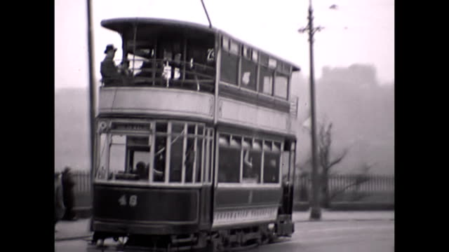 pov shot behind an double decker edinburgh street car / street scene with cars double decker trams motorcyclists and people going about their... - 1930 bildbanksvideor och videomaterial från bakom kulisserna