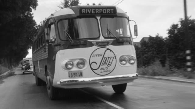 ms pov shot bus moving on residential street - mindre än 10 sekunder bildbanksvideor och videomaterial från bakom kulisserna
