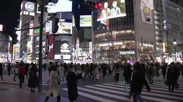 "january 7th, 2021 location: shinjuku ward, tokyo shot list: periphery of shibuya station/ electronic board showing ""japan's prime minister suga... - shinjuku ward stock videos & royalty-free footage"
