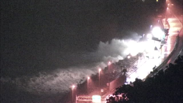 october 12, 2019 location: shizuoka prefecture, japan shot list: high wave hitting highway description: one of the most powerful storms of the year... - pacific ocean stock videos & royalty-free footage