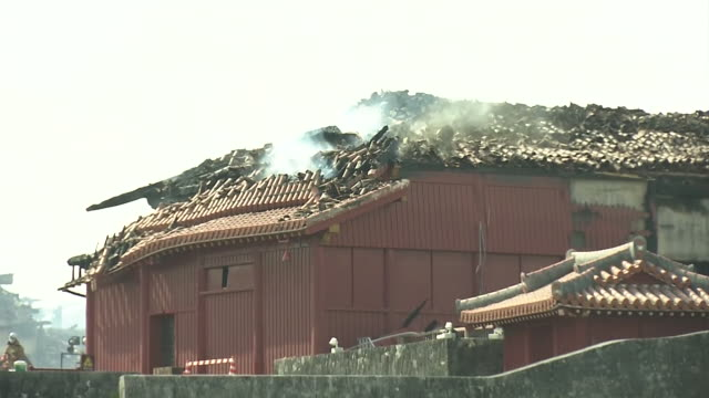 october 31, 2019 location: naha city, okinawa prefecture, japan shot list: smoke going out the roof of shuri castle destroyed by fire description: a... - unesco world heritage site点の映像素材/bロール