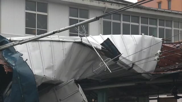 september 9, 2019 location: chiba city, chiba prefecture, japan shot list: roof of station being collapsed jr higashi-chiba station description:... - rubble stock-videos und b-roll-filmmaterial
