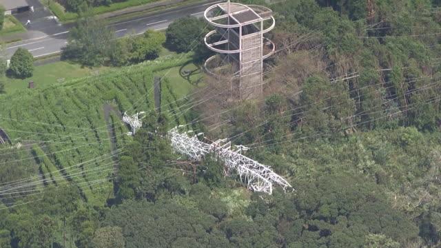 september 9, 2019 location: kimitsu city, chiba prefecture, japan shot list: aerial shot of power transmission line being collapsed description:... - hochspannungsmast stock-videos und b-roll-filmmaterial