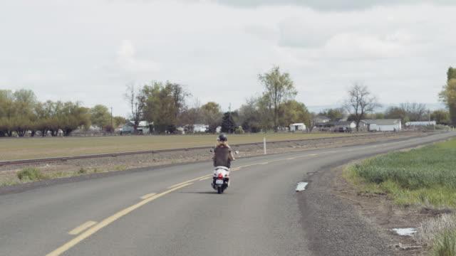 Im Anschluss an Frau abreiten Landstraße auf einem Roller erschossen